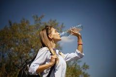 从瓶ag的健康和运动的少妇饮用水 免版税库存照片