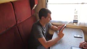 从生活方式流动手机屏幕一会儿的偶然人读书在火车无盖货车读移动sms的消息 慢的行动 股票视频