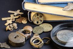 从用于18世纪、硬币和宗教标志的俄罗斯帝国的铜的项目从铜 库存图片