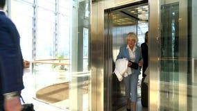 从电梯出来的商人 影视素材
