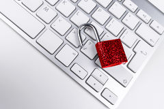 从病毒或malware攻击的锁着的计算机保险柜 免受网上网络罪行和乱砍被保护的便携式计算机 计算机 库存图片