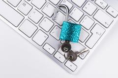 从病毒或malware攻击的锁着的计算机保险柜 免受网上网络罪行和乱砍被保护的便携式计算机 计算机 免版税库存图片