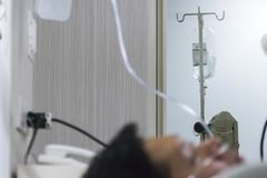 从病症恢复的患者 垂悬盐回来 免版税图库摄影