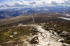 从登上敏锐的山顶的看法 Cairngorm山,阿伯丁郡,苏格兰 免版税库存图片