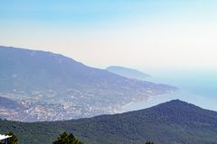 从登上Ai陪替氏峰顶的看法在山的倾斜的和黑海沿岸航行克里米亚 库存照片