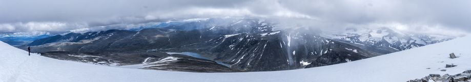 从登上Glitterthind向Steinbuvatnet湖, Jotunhei的看法 库存照片