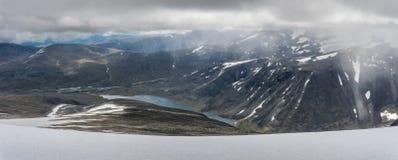 从登上Glitterthind向Steinbuvatnet湖, Jotunhei的看法 图库摄影