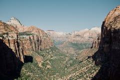 从登陆在锡安国家公园的天使的风景看法 免版税图库摄影