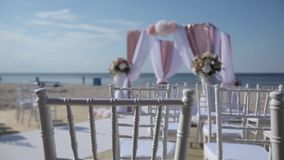从白色和红色的婚礼装饰在海附近开花仪式floristics 影视素材
