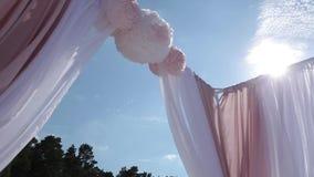 从白色和红色的婚礼装饰在海附近开花仪式floristics 股票录像