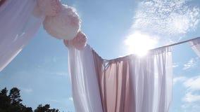 从白色和红色的婚礼装饰在海附近开花仪式floristics 股票视频