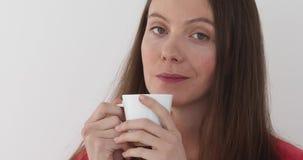 从白色杯子的美好的女孩饮料 股票视频