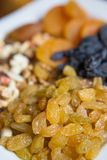 从白葡萄品种的葡萄干 大白色板材用胡说的葡萄干和干果子 免版税库存照片
