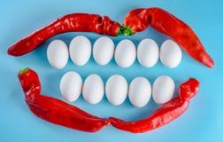 从白鸡蛋和红辣椒的美好的微笑 白色牙,愉快的生活方式 库存图片