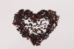 从的karkade在混合的白色背景隔绝的茶瓣的心脏用面汤喝 免版税库存图片
