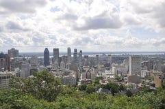 从皇家山Kondiaronk眺望楼的蒙特利尔全景  库存图片