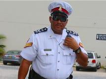 从皇家开曼群岛警署的资深警察在乔治市,大开曼 库存照片
