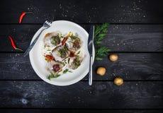 从盐味的鲱鱼、土豆和黄瓜的俄国快餐 免版税图库摄影
