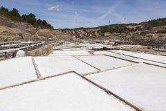 从盐平底锅看见的Añana村庄 免版税库存图片