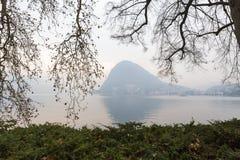 从监视点的阿尔卑斯和卢加诺城市 免版税库存图片