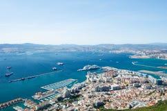从直布罗陀市岩石的上面的全景、巡航港和小游艇船坞、机场跑道、直布罗陀海湾或者海湾阿尔盖斯莱斯 免版税图库摄影