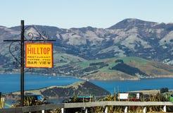 从看在Akaroa港口的小山顶小酒馆的看法 免版税库存照片