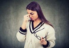 从眼睛疲劳、痛苦或者头疼的妇女感觉的难受痛苦 免版税图库摄影