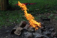 从矛的火高在Belasitsa小屋,在佩特里奇镇的保加利亚  免版税库存图片