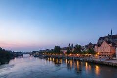 从石桥梁的雷根斯堡都市风景有多瑙河堤防巴伐利亚的德国 免版税库存图片