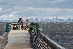 从码头的钓鱼 免版税库存照片