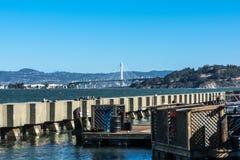 从码头39,旧金山的新的海湾桥梁视图 库存图片