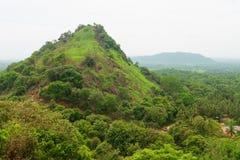 从神圣的Dambulla金黄洞寺庙的多小山风景视图 库存图片