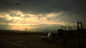 从神西机场跑道大阪日本的飞机离开 股票录像