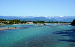 从科多尔河的床的看法用雪报道的了不起的高加索山脉范围的山峰的 免版税图库摄影