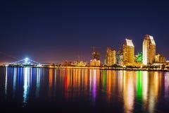 从科罗纳多海岛看见的街市圣地亚哥在晚上 免版税库存照片