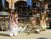 从秘鲁的街道音乐家执行在手段在Krasnaya波尔布特 图库摄影
