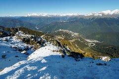 从积雪的山脉的看法与对绿色山谷的空中览绳在他前面 库存图片