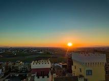 从空气的看法到在明亮的日落期间的耕地领域在口岸附近Saplaya海湾  巴伦西亚 库存照片