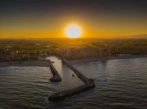 从空气的看法到端起Saplaya海湾和耕地领域的入口在明亮的日落期间 巴伦西亚 免版税库存图片