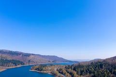 从空气的看法在有一条涂柏油的乡下公路的一个水坝上在边缘 库存照片