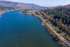 从空气的看法在有一条涂柏油的乡下公路的一个水坝上在边缘 免版税库存照片