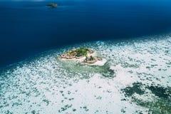 从空气,天堂海岛,透明的水,令人惊讶的风景的Longtail小船,在fyre 免版税库存图片