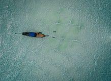 从空气,天堂海岛,透明的水,令人惊讶的风景的Longtail小船,在fyre 库存图片