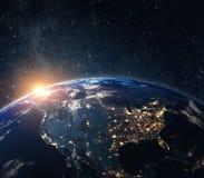 从空间的行星地球在晚上