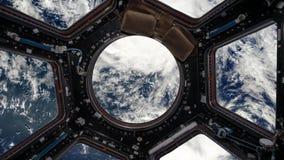 从空间站的舷窗的看法行星地球上的 皇族释放例证
