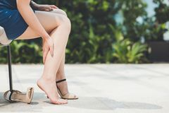 从穿高跟鞋鞋子的妇女痛苦 库存图片