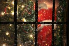 从窗口的圣诞老人 免版税库存照片