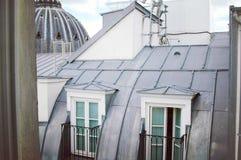 从窗口的巴黎人屋顶 库存图片