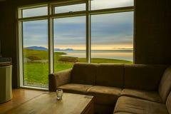 从窗口的看法到美好的自然风景在黎明 免版税库存图片