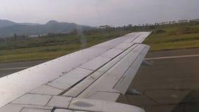 从窗口的看法在移动沿跑道的飞机的翼在机场在登陆以后 股票录像
